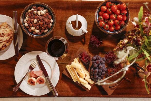 Noite de queijos e vinhos: como montar a decoração da mesa (Foto: Julio Acevedo)