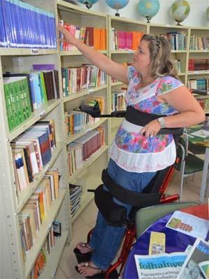 Com ajuda de cadeira, Léia consegue dar aulas em pé em escola de Rifaina, SP (Foto: Felipe Turioni/G1)