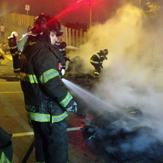 Protesto durou cerca de uma hora; bombeiros apagaram fogo em pneus na Avenida Giovanni Gronchi (Foto: Marcelo Mora/G1)