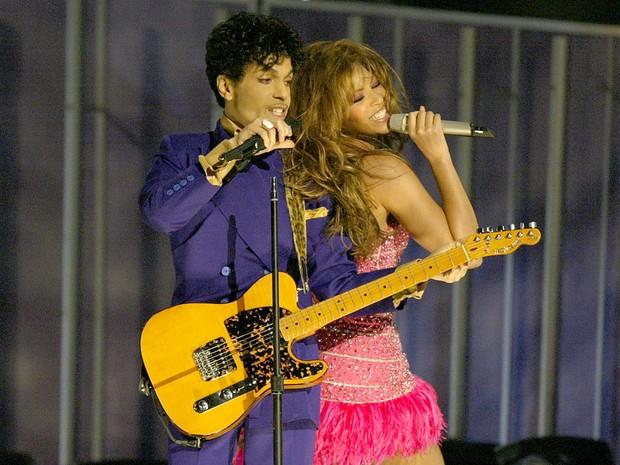 Prince se apresenta com Beyonce durante a 46ª edição do Gremmy Awards em Los Angeles, nos EUA, em fevereiro de 2004 (Foto: Frank Micelotta/AFP/Arquivo)
