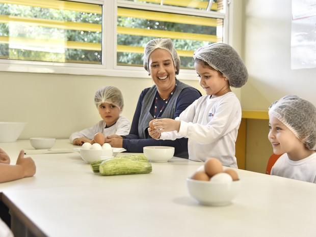 Sob a supervisão da professora, os alunos do AB Sabin preparam deliciosas receitas na Cozinha Experimental, desenvolvendo ainda mais autonomia (Foto: Diulgação)