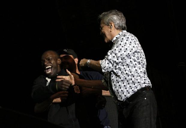 Homem ganha invade palco e ganha abraço de Caetano Veloso (Foto: Celso Tavares/EGO)