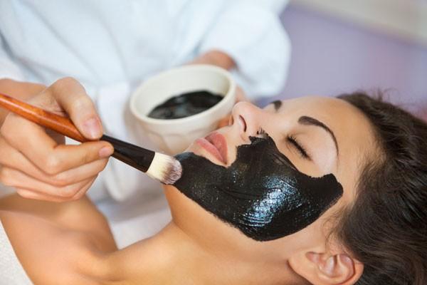 É possível fazer uma máscara com carvão vegetal ativado em casa (Foto: Thinkstock)
