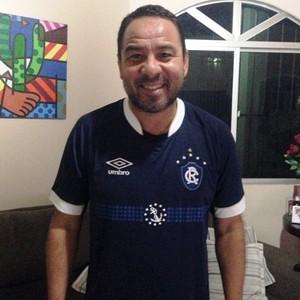Artur com a nova camisa do Leão, que ganhou de presente do filho, Artur Júnior, atleta da base do Remo (Foto: Artur Oliveira/Arquivo Pessoal)