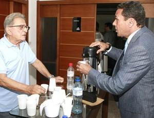 Koff e Luxa tomam café (Foto: Wesley Santos / Press Digital)