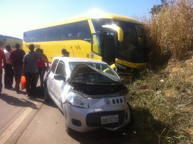 ônibus seguia de Teófilo Otoni para São Paulo com 10 passageiros e o motorista.  (Foto: Diego Souza / G1)