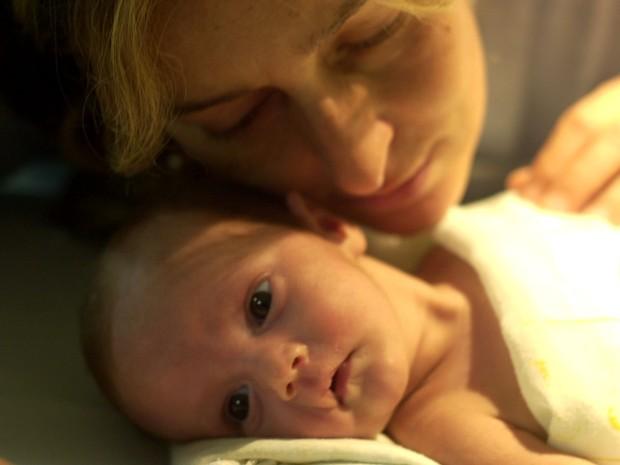 Sofia com a mãe, Maria Julia, no hospital (Foto: Nauro Junior)