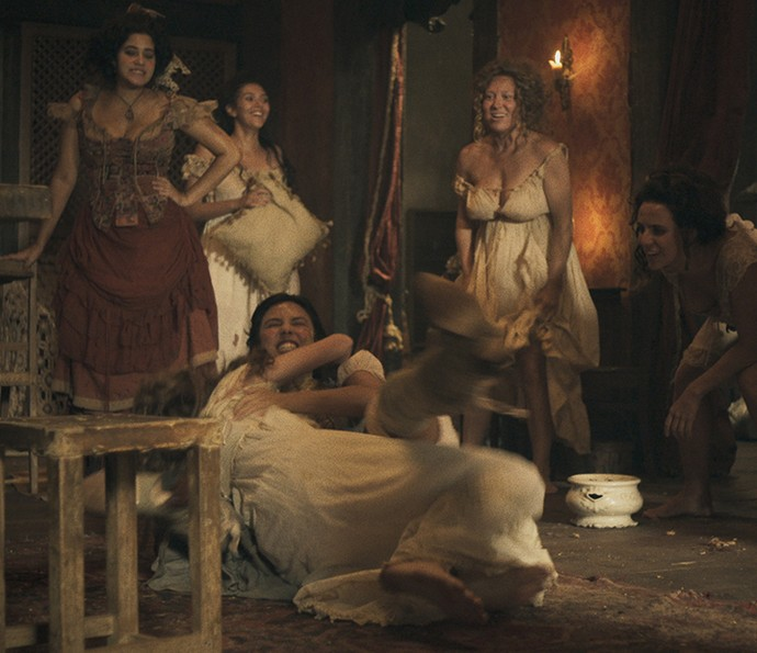 Mimi e Gironda brigam, e as outras meninas se divertem (Foto: TV Globo)