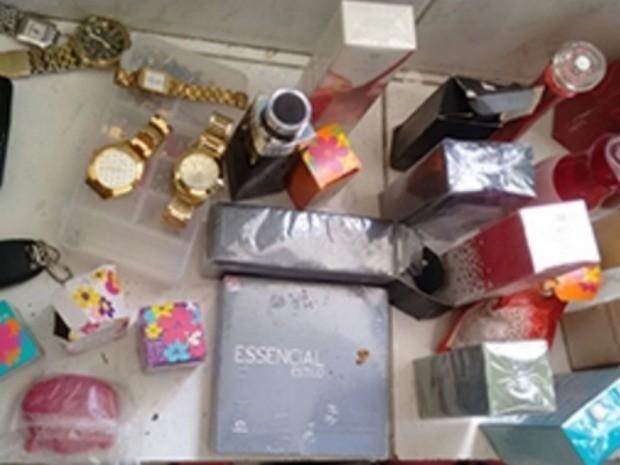 Com o trio foram encontrados armas, munições, celulares e objetos oriundos de roubo como perfumes, relógios, tênis e dinheiro (Foto: SSPDS/Divulgação)