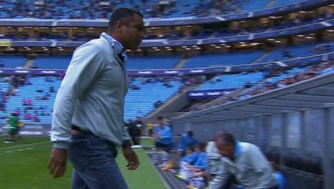 Roger deixa gramado irritado após derrota (Foto: Reprodução / SporTV)