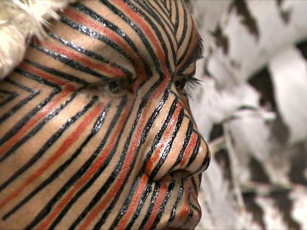 Desenhos produzidos pela tribo Yawanawá inspira desfila na SPFW, na segunda-feira (13) (Foto: Reprodução/TV Acre)