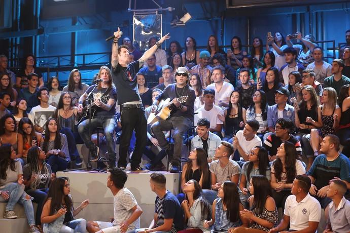 """Capital Inicial canta versão """"A Sua Maneira"""" no 'Altas Horas' (Foto: Carol Caminha/Gshow)"""