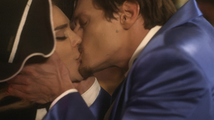 Antonio dá beijo apaixonado em Ruty Raquel (Foto: TV Globo)