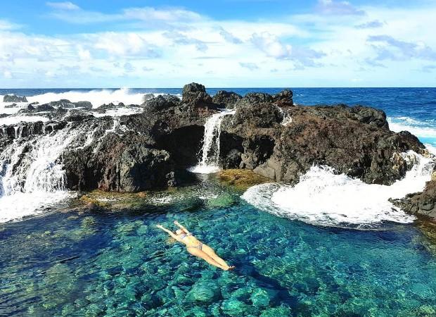 Lívia Andrade relexa nas águas do Rapa Nui National Park (Foto: Reprodução/Instagram)