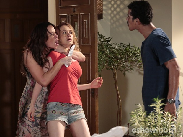 Juliana usa Janice como refém (Foto: Felipe Monteiro / TV Globo)