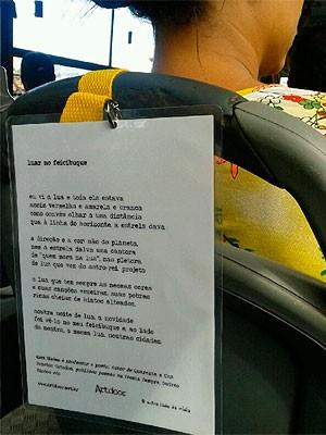 Projeto leva poesia para passageiros de ônibus em Salvador (Foto: Divulgação/ Agecom)