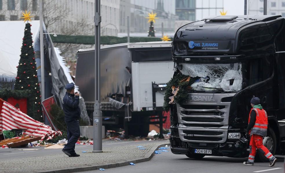 Policiais observam, nesta terça-feira (20), o caminhão usado no ataque em Berlim na noite anterior (Foto: Hannibal Hanschke/Reuters)
