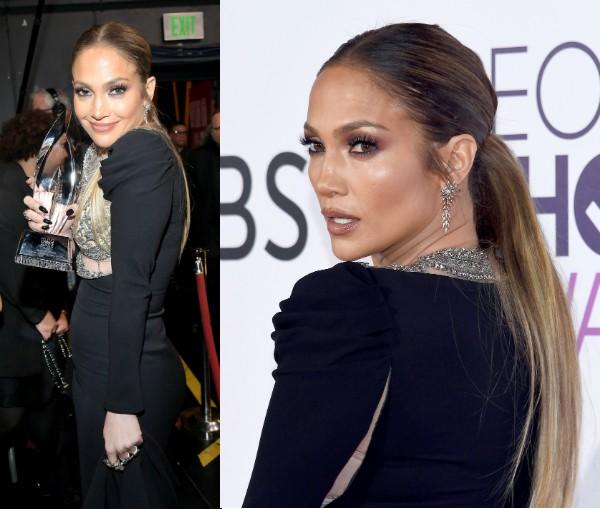 A cantora Jennifer Lopez com seu troféu e o vestido rasgado (Foto: Getty Images)