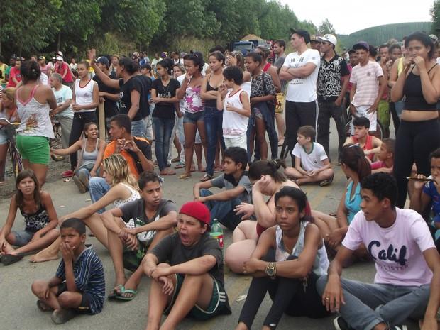 Manifestantes bloquearam a BR-458  na altura da cidade de Ipaba, Leste de Minas Gerais (Foto: Patrícia Belo / G1)