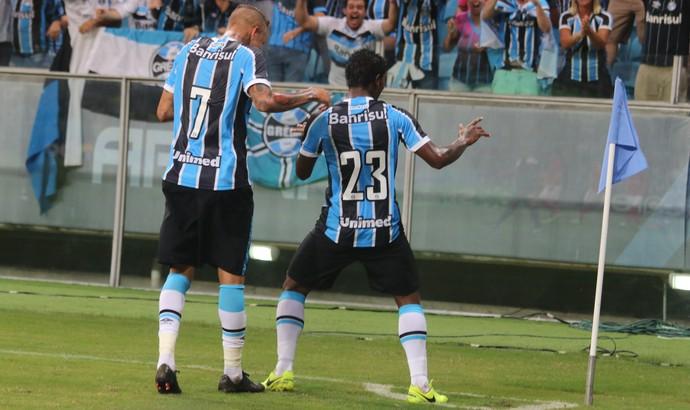 Luan e Bolaños fazem dancinha após gol do Grêmio (Foto: Diego Guichard)