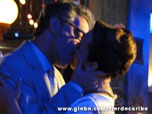 Os dois se beijam apaixonadamente (Foto: Flor do Caribe/TV Globo)