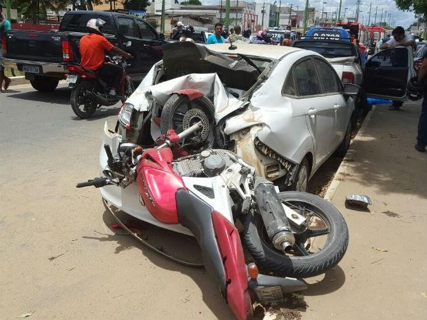 Pneu da moto ficou dentro do porta-malas do carro (Foto: Rafael Vedra/Site Liberdade News)