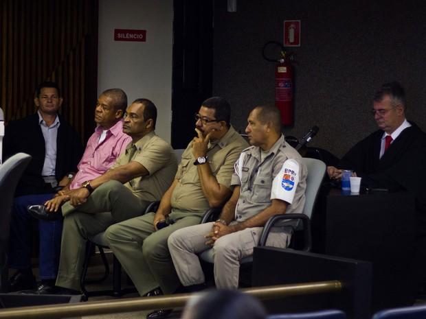 10/5/2013 - Réus assistem ao 5º dia de júri (Foto: Jonathan Lins/G1)