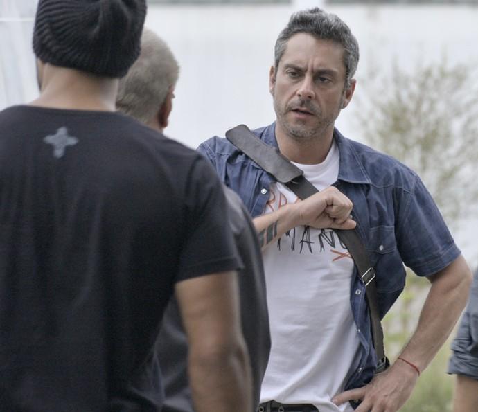 Romero fala com bandidos e Dante flagra o pai (Foto: TV Globo)