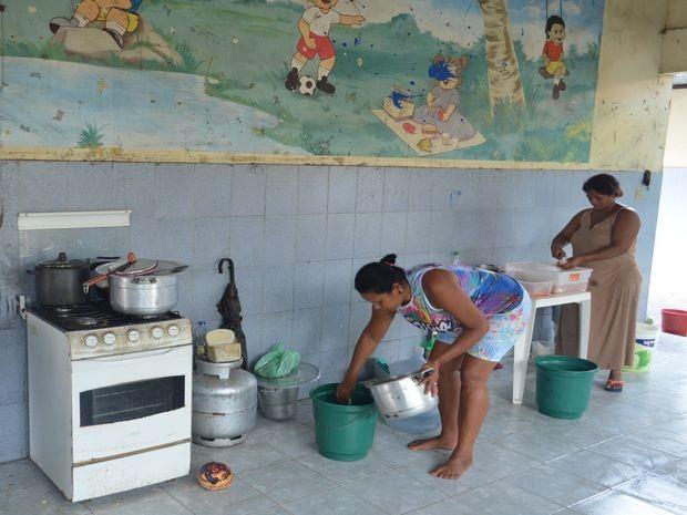 Famílias dividem tarefas em colégio público desativado  (Foto: Tássio Andrade/G1)
