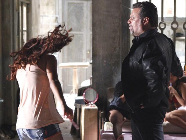 Russo dá tapão em Rosângela para ela devolver relógio (Foto: Salve Jorge/TV Globo)