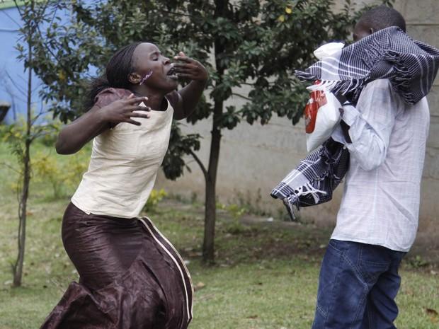 23/9 - Ann Gakii (esq.) se desespera após identificar o corpo de seu pai como uma das vítimas do ataque armado ao shopping center Westgate, no necrotério de Nairóbi (Foto: Khalil Senosi/AP)