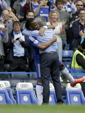 Mourinho e Drogba - Chelsea (Foto: AP)