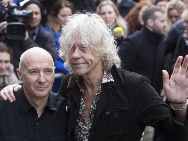 Os músicos Midge Ure (e) e Bob Geldof chegam para gravação de música contra o ebola em Londres (Foto: REUTERS/Neil Hall)