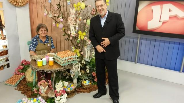 Cenário do JA de Blumenau foi decorado no clima de Páscoa (Foto: RBS TV/Divulgação)