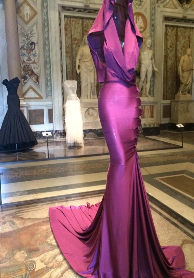 Remembering Azzedine: The famous Grace Jones dress from the 80s displayed in Couture Sculpture at Rome s Galleria Borghesi in 2015. Azzedine studied sculpture in his Tunisian Homeland. (Foto: reprodução/instagram)