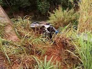 Veículos caídos após o acidente (Foto: Reprodução / TV Integração)
