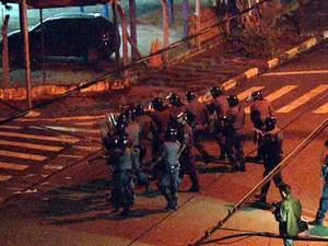 Tropa de choque retira baderneiros da frente da Câmara de Sumaré (Foto: Reprodução EPTV)
