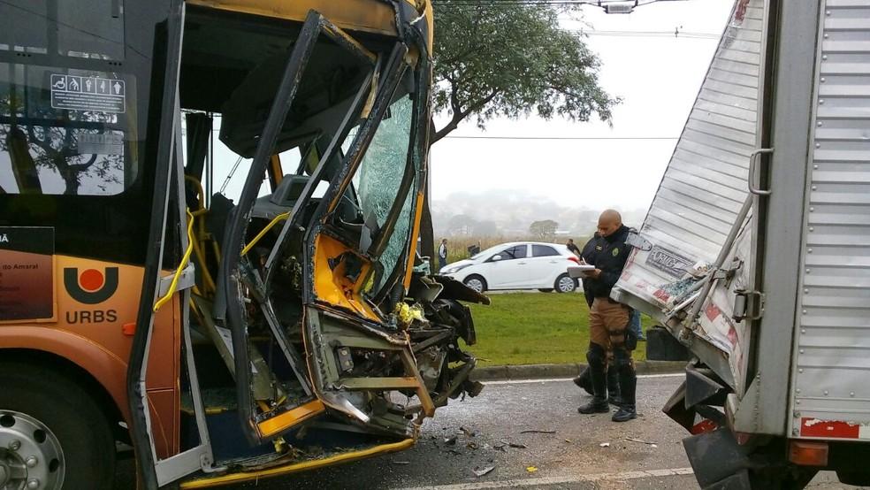 Um dos feridos era passageiro do ônibus laranja (Foto: Jorge Melo/RPC)
