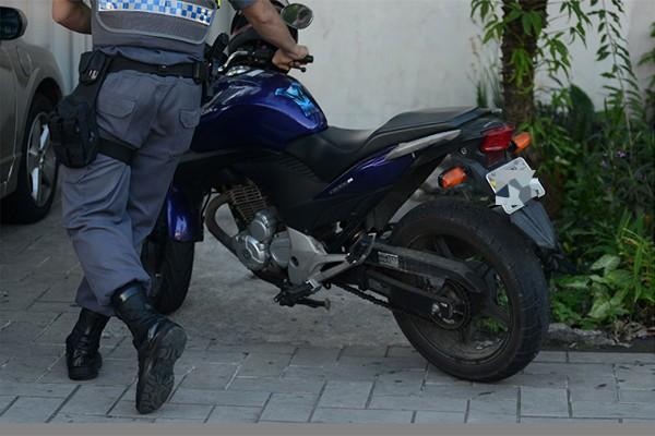 Moto usada para atropelar as duas adolescentes em Vitória (Foto: Carlos Alberto Silva/ A Gazeta)