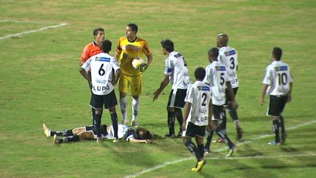 Volante João Francisco cai no gramado, Comercial x Monte Azul (Foto: César Tadeu / EPTV)