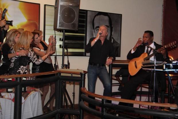 Ticiane Pinheiro tira fotos enquanto Roberto Justus canta (Foto: Milene Cardoso/Ag News)