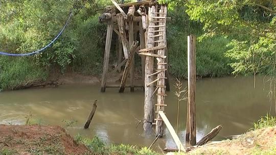 Sem pontes, moradores de Capão Bonito se arriscam para atravessar rodovia