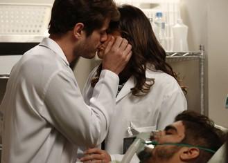 Mari e Ben se beijam enquanto cuidam de Grego em coma