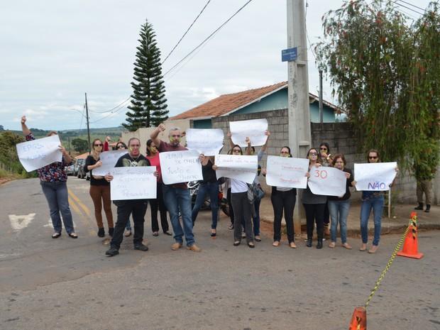 Grupo de Servidores da Saúde protesta pedindo melhores condições no setor (Foto: Régis Melo)