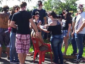 Calouros passam mal após consumo de álcool durante trotes (Foto: Claudia Assencio/G1)