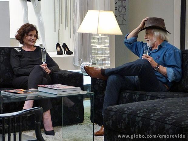 Tamara não dá ponto sem nó e joga charme para cima de Rubão (Foto: Amor à Vida / TV Globo)