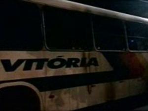 Ônibus foi incendiado na noite desta segunda-feira em Caucaia. No momento do crime não havia passageiros.  (Foto: Reprodução/TV Verdes Mares)