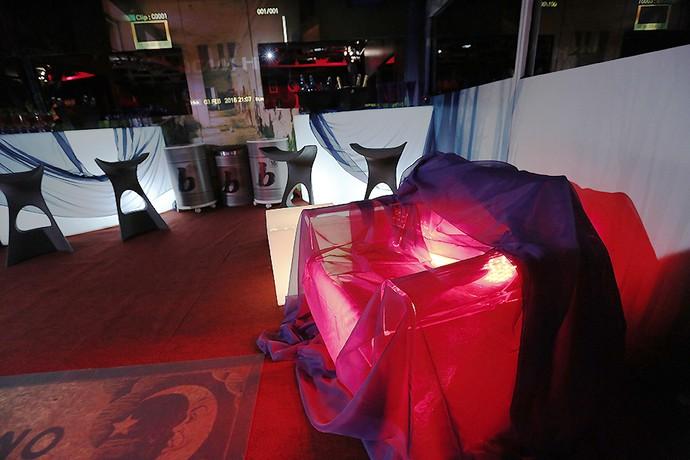 Também não faltou o tecido vermelho para ornamentar o sofá (Foto: TV Globo)