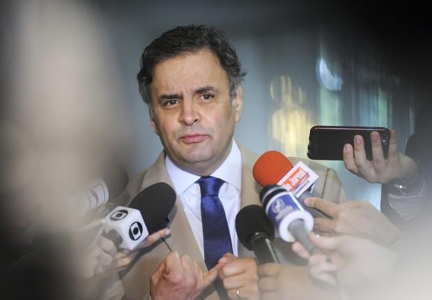 O Senador Aécio Neves (PSDB-MG) concede entrevista, nos corredores do Congresso Nacional (Foto: Pedro França/Agência Senado)