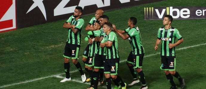 Jogadores do América-MG fazem pose para fotos ao comemorar o gol de Hugo Almeida diante do Náutico (Foto: Laura Bernardes)